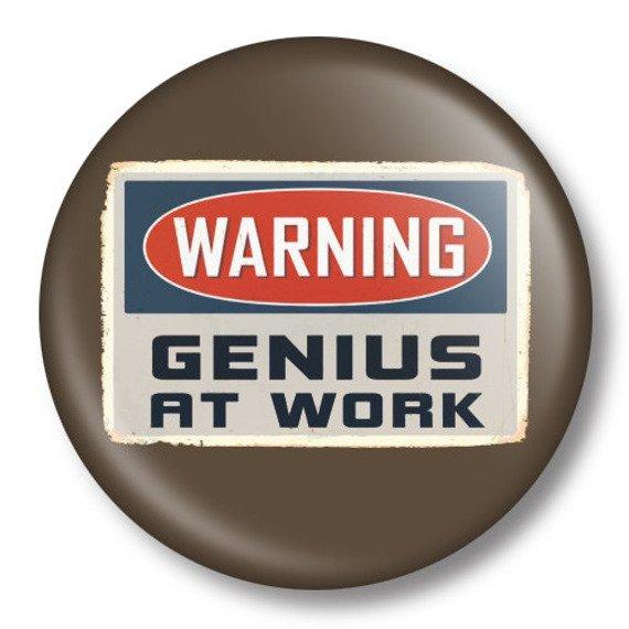 kapsel średni WARNING GENIUS AT WORK Ø38mm